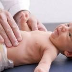 """trẻ bị còi xương Trẻ bị còi xương – Cách chữa còi xương hiệu quả cho trẻ Trẻ bị còi xương là một trong những bệnh thường gặp nhất ở trẻ dưới 3 tuổi. Trẻ bị còi xương sẽ ảnh hưởng lớn tới quá trình phát triển những năm đầu đời của trẻ. Vậy nguyên nhân và cách điều trị trẻ bị còi xương như thế nào là hiệu quả? 1.Dấu hiếu trẻ bị còi xương Dấu hiệu thần kinh Các dấu hiệu xuất hiên sớm: Trẻ bị còi xương hay quấy khóc, ngủ không yên giấc, hay giât mình. Ra mồ hôi trộm cả khi trời lạnh. Rụng tóc ở gáy - gọi là dấu hiêu """"chiếu liếm"""" thường xảy ra muộn hơn do trẻ ngứa ngáy, kích thích, nằm hay lắc đầu. Dấu hiệu ở xương Mềm xương là những dấu hiệu sớm: Xương sọ: mềm, ấn vào có thể gây lõm như ấn vào quả bóng nhựa; thóp rộng, bờ thóp mềm, châm liền thóp. Răng: thường mọc châm và mọc lộn xộn. Mềm xương là biểu hiên của tình trạng bệnh trẻ bị còi xương đang tiến triển mạnh, cấp tính. Điêu trị đúng trong giai đoạn này sẽ cho kết quả tốt và không để lại những di chứng nặng nề cho trẻ. Tăng sinh và biến dạng xương: Xương sọ: Bướu trán, bướu đỉnh tạo cho đầu có hình """"lâp phương"""". Xương hàm: Xương hàm dưới thường châm phát triển, hàm trên chìa ra. Xương lổng ngực: Khớp sụn sườn ở phía trước ngực tăng sinh phì đại tạo nên """"chuỗi hạt sườn"""". Lổng ngực có thể bị biến dạng dô lên ở phía trước như """"ngực gà"""" hoặc bị lõm vào ở vùng ngang vú tạo nên ngực """"hình chuông"""". Xương tay: Đầu dưới xương trụ, xương quay tăng sinh phì đại tạo nên """"vòng cổ tay"""" . Xương chân: Đầu dưới xương chày tăng sinh phì đại tạo thành """"vòng cổ chân"""". Do xương loãng, mềm và lại phải tải gần như toàn bộ trọng lượng cơ thể cho nên hai chân của trẻ bị còi xương sẽ bị cong như hình chữ """"O""""; cơ yếu nên khi đứng chân thường dựa đầu gối vào nhau tạo nên hình chữ """"X"""". Xương sống: Cong, gù vẹo cũng do cơ chế trên. Tăng sinh và biến dạng xương là hâu quả của sự mềm xương và là những biểu hiên muộn của bệnh còi xương. Những biến dạng trên đây thường để lại những di chứng vĩnh viễn, không chỉ ảnh hưởng đến thẩm mỹ, mà đối với trẻ"""