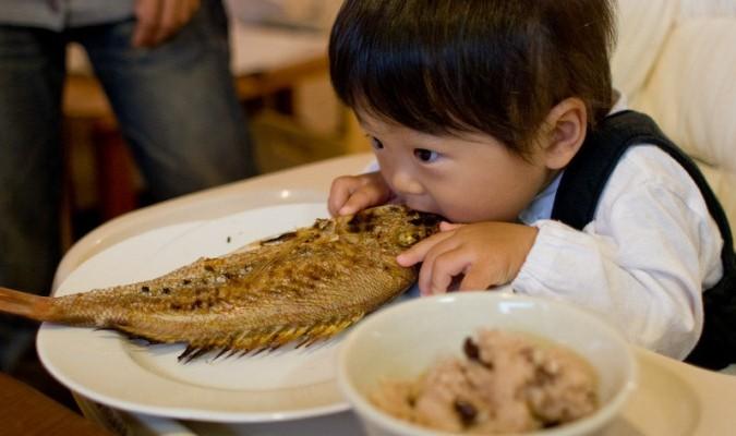 trẻ bị hóc xương cá