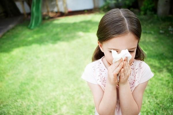 Trẻ bị viêm tai giữa, trẻ bị sổ mũi mẹ nên làm gì đầu tiên