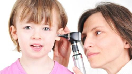 Trẻ bị viêm tai giữa, trẻ bị sổ mũi mẹ nên làm gì đầu tiên?
